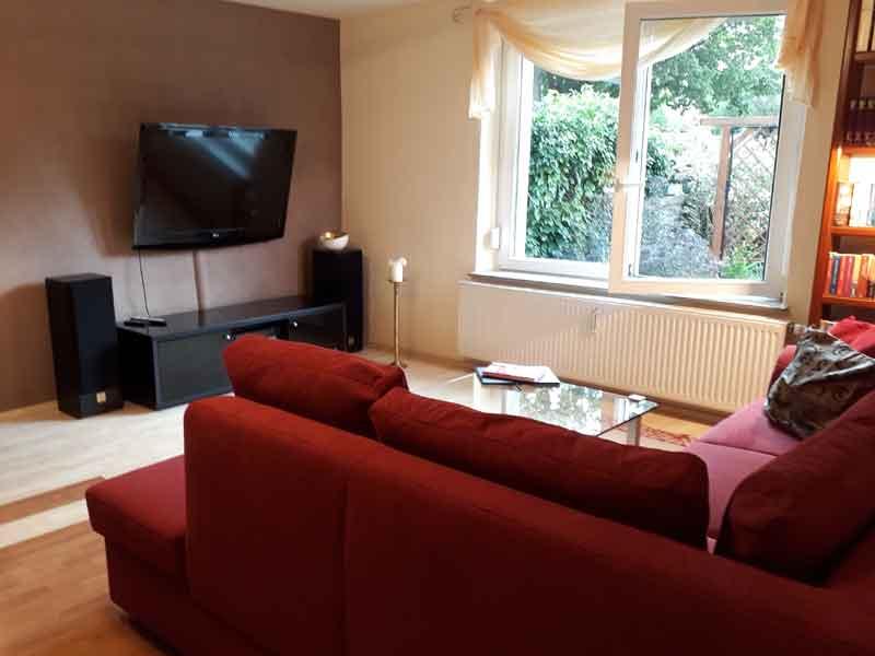 Großes Wohnzimmer  mit Fernsehecke der Villa Faltenfrei Radebeul