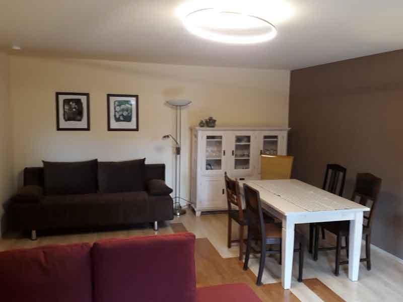 Wohnzimmer mit Schlafsofa und Essbereich der Villa Faltenfrei Radebeul