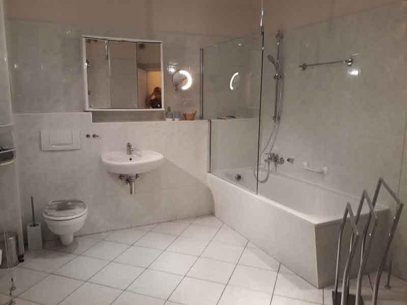 großzügiges Bad der Villa Faltenfrei Radebeul